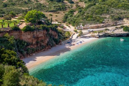 Tem um pedacinho de estrada na direita da foto. A maioria era assim... E a praia é a Makris Gialos.